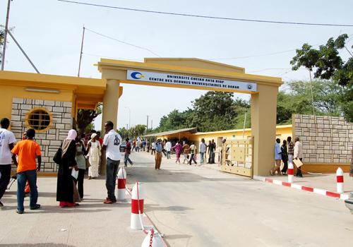 Des étudiants de Saint-Louis à Dakar ont assiégé la mairie, ce lundi.