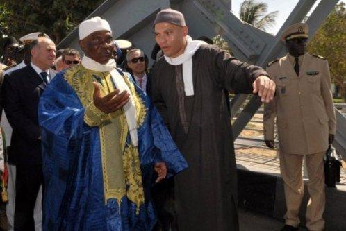 Le président sénégalais Abdoulaye Wade (g) et son fils Karim Wade, le 19 novembre 2011 à Saint-Louis. - AFP/Archives - Seyllou