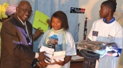 L'inspecteur d'académie remet un lot d'ouvrages aux lauréats du collège Didier Marie.