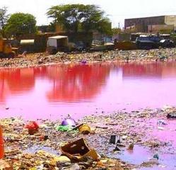 Danger à Diaminar : Des flaques d'eaux usées se transforment en ''lac rose''.