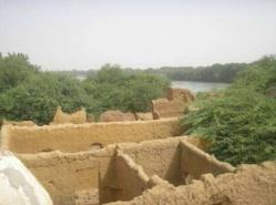 La mosquée de Donaye et des ruines de maisons en banco situées sur la bute qui domine le fleuve, là où les anciens construisaient leurs maisons, à l'abri des crues du fleuve. Aujourd'hui abandonnées, ces maisons fondent petit à petit et menacent malheureusement de disparaître.