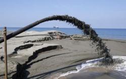 Les pilleurs de sable écument les plages du globe