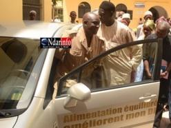 Le Gouverneur Sakho teste le véhicule offert par l'Afedia