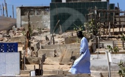 Cimetières de Guet Ndar : Un dame surprise entrain d'enterrer un bébé.