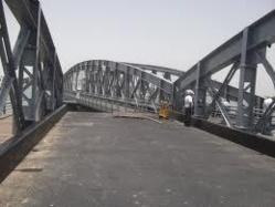 Ouverture de la travée tournante du pont Faidherbe dans la nuit du samedi.