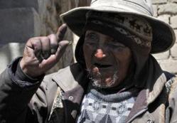 Bolivie: le doyen de l'humanité mâche de la coca et fait sa cuisine;