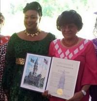 USA – La Mairie de Philadelphie décore la femme sénégalaise