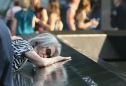 Une femme pleure son fils décédé dans les attentats, à New York,