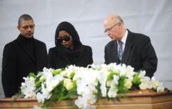 La veuve de Bruno Metsu se recueille devant son cercueil lors de l'hommage public rendu à l'ancien sélectionneur du Sénégal, ce 18 octobre  à Dunkerque.