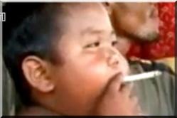 Le bébé-fumeur abandonne la cigarette mais... - [Vidéo]