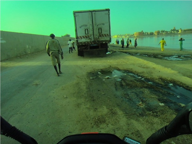 Les camions frigorifiques pillent et massacrent les cimetières de « Thiem » et « Thiaka Ndiaye » : les autorités de Saint-Louis silencieuses ...