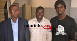 De gauche à droite: Les membres de Guiss Guiss Aduna en compagnie du directeur du centre culturel régional.