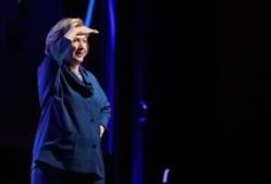 INSOLITE: Une femme lance une chaussure sur Hillary Clinton pendant une conférence