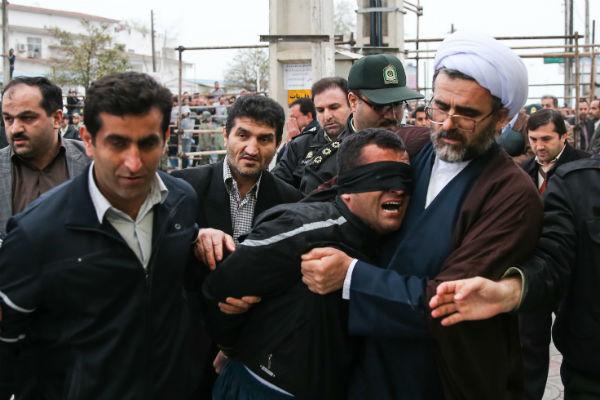 """Les yeux bandés, Balal, un Iranien de 26 ans condamné à mort pour avoir tué un jeune en 2007 d'un coup de couteau, a échappé à la pendaison, mardi 15 avril à Noshahr (nord).  © AFP  Il a été gracié par la mère de la victime, Samereh, comme le permet la loi islamique. """"Le meurtrier pleurait, a-t-elle raconté. Il m'a demandé pardon. Je l'ai giflé, ce qui m'a calmée. J'ai dit : 'Je te punis pour le malheur que tu m'as fait'"""".  © AFP  Les gens ont applaudi, certains pleuraient. """"Tout le monde, ma famille et mes amis, faisait pression pour que j'accorde mon pardon"""", a-t-elle expliqué au journal local """"Shargh"""".  © AFP  La mère s'est ensuite adressée à la foule pour expliquer qu'il était """"difficile d'avoir une maison vide"""" d'enfants. © AFP  La grâce de Balal intervient également après une campagne de mobilisation de ses proches, dont sa mère (au centre), mais aussi d'artistes et de sportifs connus, comme l'ancien footballeur international Ali Daie.  © AFP  Selon la loi islamique, un condamné à mort pour meurtre peut échapper à l'exécution et purger une peine de prison s'il est pardonné par la famille de la victime, qui reçoit le """"prix du sang"""" fixé cette année à 36 000 euros.  © AFP  """"Dommage que personne ne m'ait giflé"""" au moment de porter le coup, a pour sa part affirmé Balal, au quotidien iranien.  © AFP  Les yeux bandés, Balal, un Iranien de 26 ans condamné à mort pour avoir tué un jeune en 2007 d'un coup de couteau, a échappé à la pendaison, mardi 15 avril à Noshahr (nord).  © AFP Previous Next"""