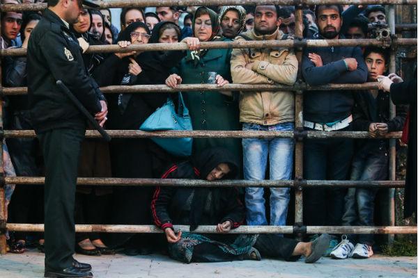 La grâce de Balal intervient également après une campagne de mobilisation de ses proches, dont sa mère (au centre), mais aussi d'artistes et de sportifs connus, comme l'ancien footballeur international Ali Daie.  © AFP