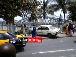 (Photos) Un taxi-clando « plonge » dans les jardins du Pont Faidherbe.