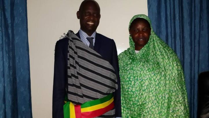"""PHOTOS - Mansour FAYE en famille, et en tenue traditionelle """"sérère"""", après son investiture."""
