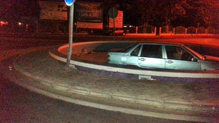 PHOTOS INSOLITES: Un véhicule plonge dans le jet d'eau, devant le pont Faidherbe.
