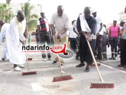 Serigne ABdoulaye Bamba SARR et le conseiller municipal Papa Larou MAR, au demmarage de l'opération sur la Place Faidherbe.