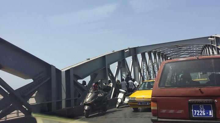 Dernière minute - Accident sur le pont: deux scooters se tamponnent.