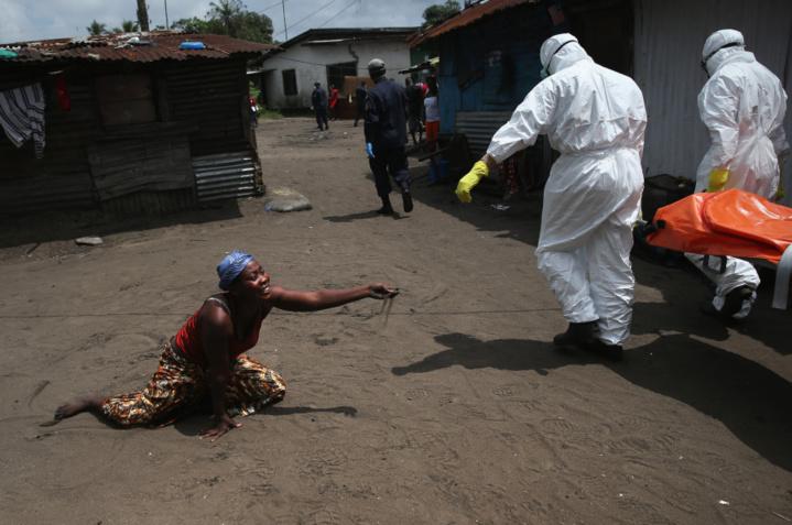 .   Une femme dit ses adieux à sa soeur morte de la fievre Ebola  (John Moore / Getty Images)