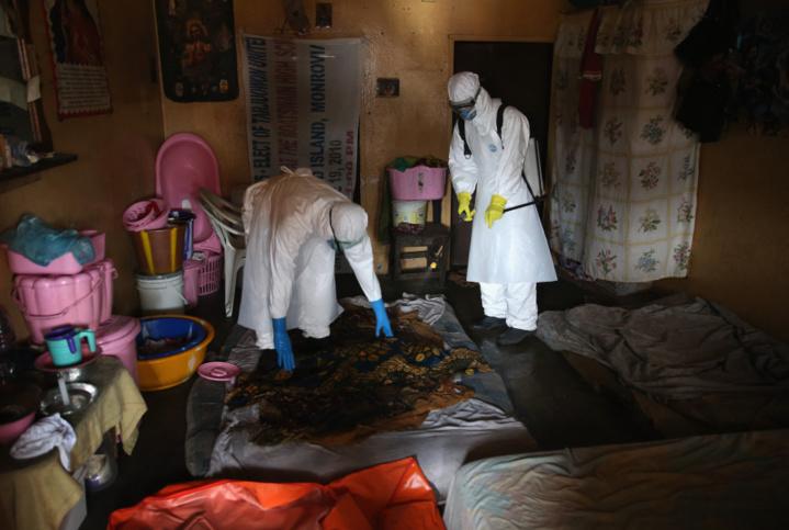 )   Une équipe de sépulture Ebola recueille le corps d'une fillette de quatre ans d'un appartement le 10 Octobre 2014 à Monrovia au Libéria. (John Moore / Getty Images)