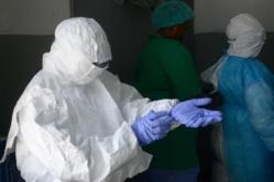 Couvrir Ebola inquiète les journalistes parfois plus que la guerre