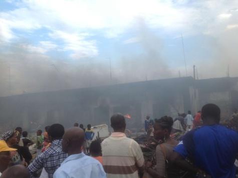 Le grand marché de Libreville prend feu: Des centaines de cantines tenues par des Sénégalais partent en fumée