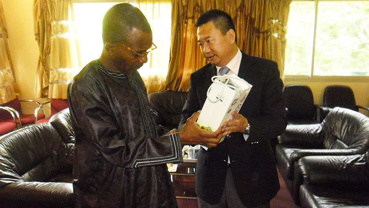 saint-louis-l-ambassadeur-de-la-republique-populaire-de-chine-rend-visite-au-recteur-de-l-ugb