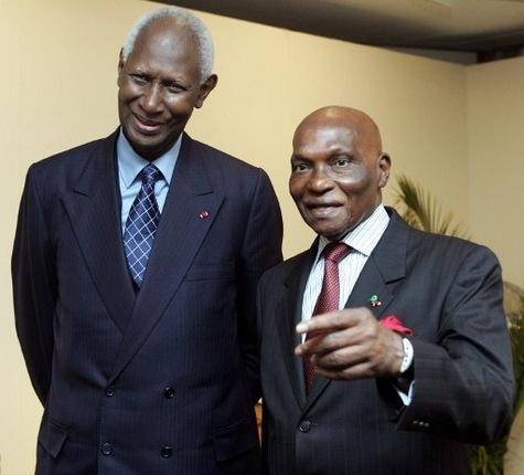 Sénégal, le 19 mars 2000, Me Abdoulaye Wade (droite) accède au pouvoir après avoir passé 26 ans dans l'opposition sénégalaise.