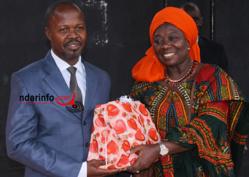 Le Dr Mamadou DIA de l'Université des Lettres et Sciences humaines de Bamako remet un cadeau de satisfaction du CEPS à Mme WARDINI