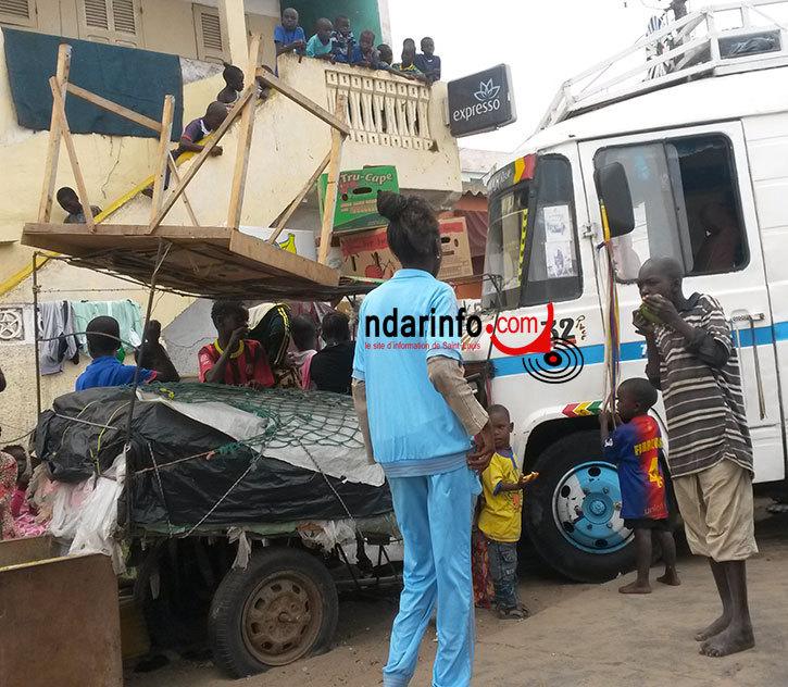 DRAME A GUET-NDAR : un car fonce sur une tente et blesse gravement une dame.