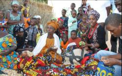 Rama, l'animatrice (à dr.), entourée de villageoises de Pelour qu'elle forme aux techniques de couture. Rama, l'animatrice (à dr.), entourée de villageoises de Pelour qu'elle forme aux techniques de couture. [Zoomer]