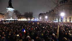 Près de 5000 personnes se sont spontanément rassemblées place de la République à Paris, le 7 janvier, à la suite du massacre perpétré au sein de la rédaction de l'hebdomadaire Charlie Hebdo.