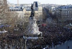 A 13h15, la place de la République est déjà noire de monde, soit pratiquement 2 heures avant la début de la «marche républicaine». (Photo Bertrand Guay. AFP)