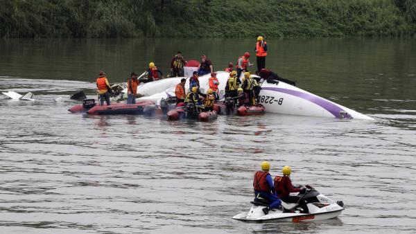 Les secours taïwanais tentent d'extirper les rescapés de la carcasse de l'avion de TransAsia qui s'est abîmé dans une rivière de Taipei le 4 février 2015 avec 58 personnes à bord.