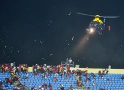 Le match entre le Ghana et la Guinée - équatoriale a été interrompu à la 83e minute. La police a déployé un hélicoptère pour disperser les fans.