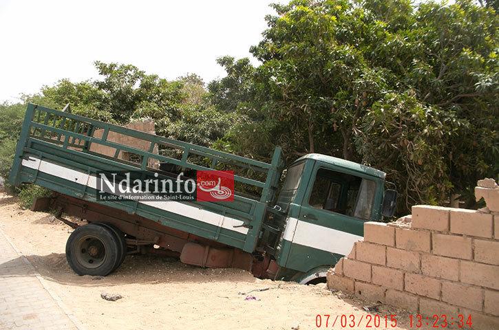 SAINT-LOUIS: un camion dérape et plonge dans un verger.