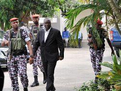 Le général Brunot Dogbo Blé (en costume) lors de son arrivée à son procès en 2014 à Abidjan. Il est l'un des 14 militaires proches de Gbagbo qui seront jugés pour les violences commises lors de la crise post-électorale de 2010-2011
