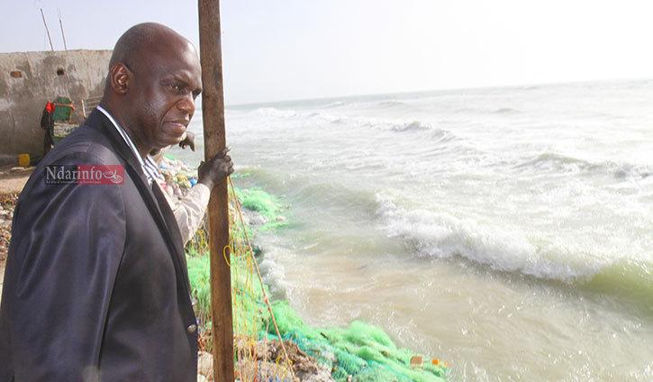 Le maire constate l'ampleur des dégats. Crédit photo: Ndarinfo.com