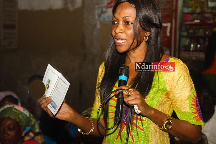 Aminata GUEYE présente un spécimen de carte de membres des Linguères républicaines