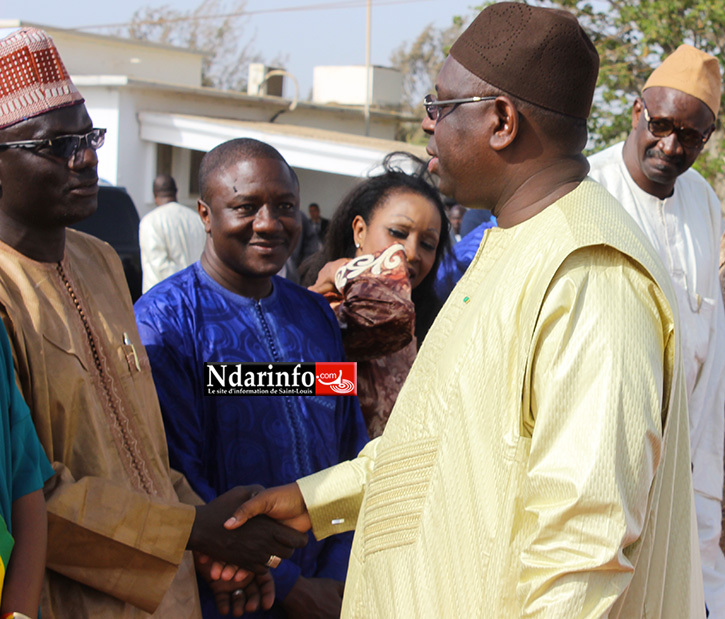 Poignée de mains entre le président Macky SALL et Ibrahima DIAO, à laéroport de Saint-Louis