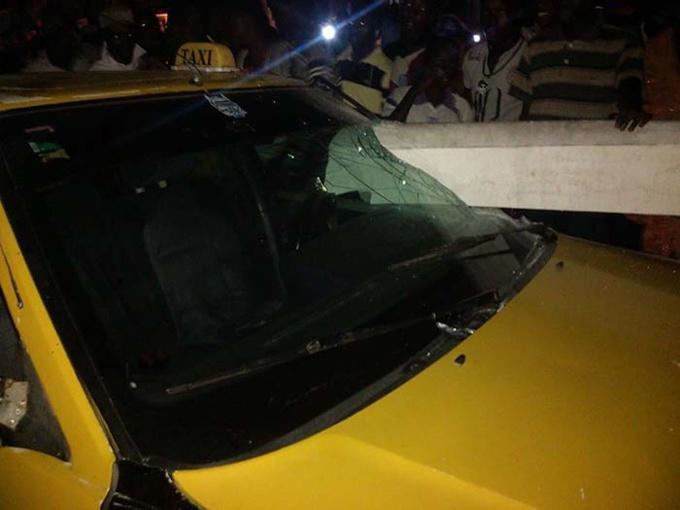 ACCIDENT À GUET-NDAR : un taxi s'engouffre dans le monument aux morts.