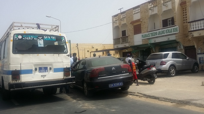 LEONA: deux véhicules se tamponnent.