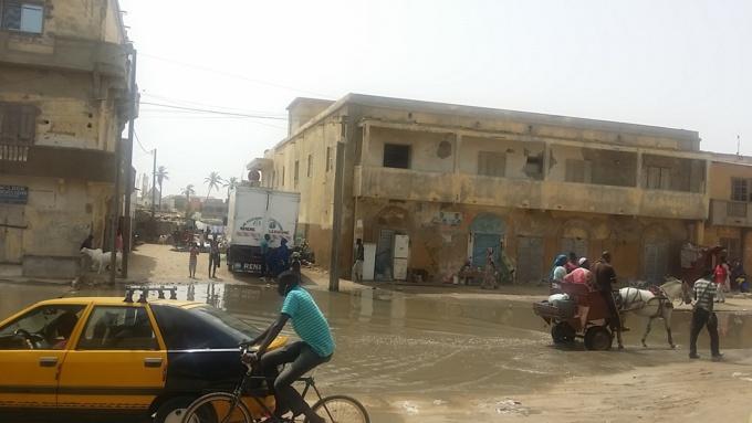 Urgent : Un grand canal d'eau éclate à Santhiaba.