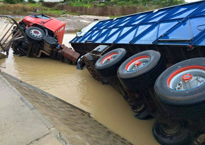 ROUTE DE KHOR: un camion plonge dans le fleuve (photos)