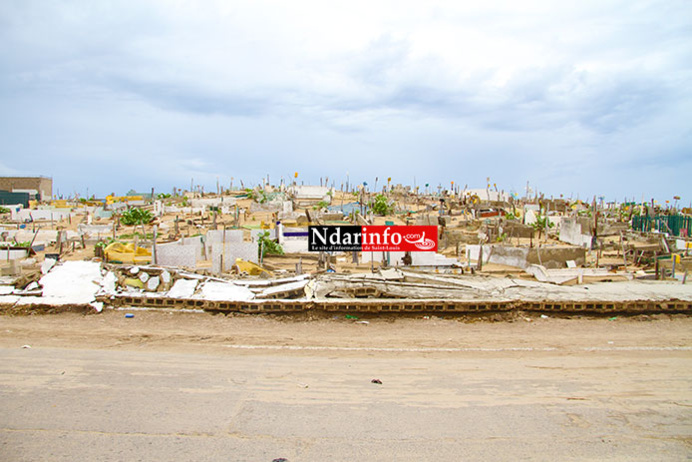 DRAME AUX CIMETIÈRES DE GUET-NDAR : deux pans du mur s'affaissent et écrasent plusieurs tombes. Regardez !