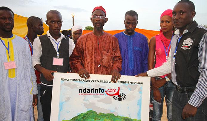 Un tabeau d'art remis à Ahmed Sène DIAGNE par les Jeunes de Mbambara