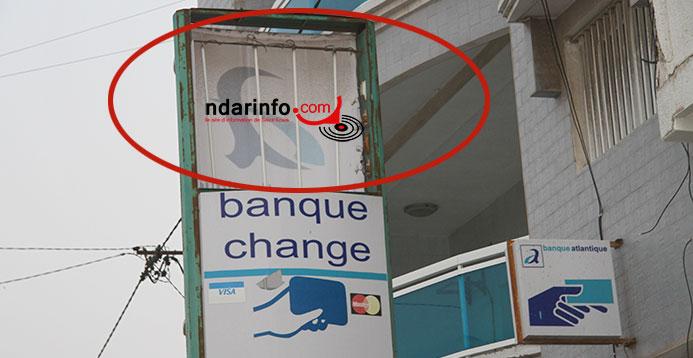 AFFRONTEMENTS ENTRE AMBULANTS ET AGENTS MUNICIPAUX: la plaque d'une banque cassée.