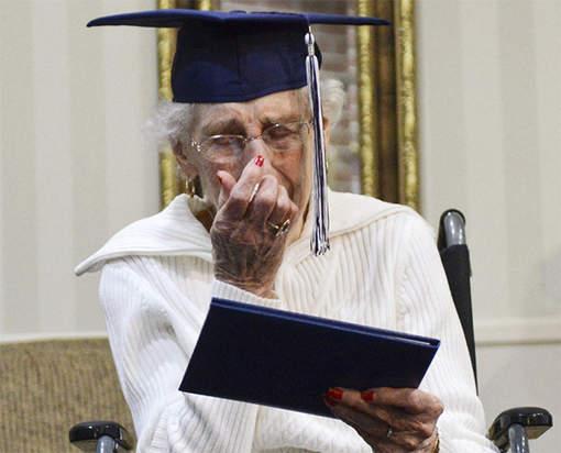 Les larmes de joie de Margaret, 97 ans, enfin diplômée.